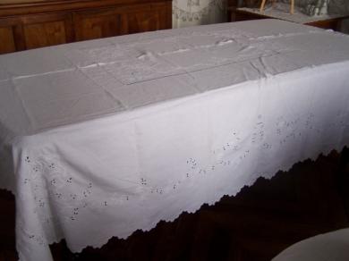 nappe blanche brodee table de cuisine. Black Bedroom Furniture Sets. Home Design Ideas